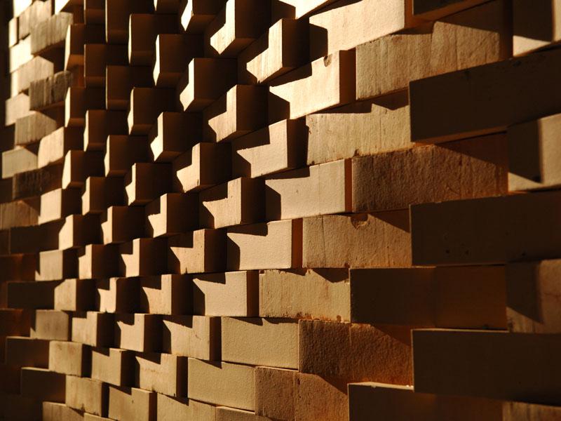 Die unterschiedlichen Ausrichtungen der Backsteine ergeben ein lebendiges Spiel der Lichtkontraste.