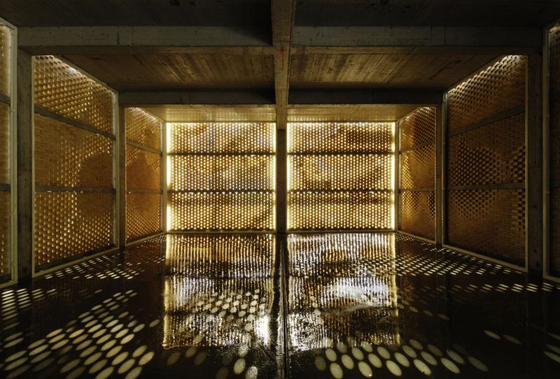 Der Mauerverband mit den Lücken zwischen den Backsteinen hinterlässt im Innenraum ein gedämpftes Licht. Die eindringenden Sonnenstrahlen ergeben ein faszinierendes Lichtspiel.