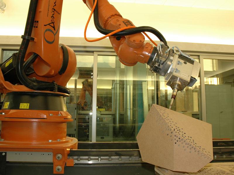 Der Industrieroboter führt die Bohrungen an den programmierten Stellen und in den vorgeshenen Winkeln aus.