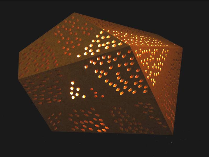 Ein perforierter Körper mit Löchern von gezielter Auslenkung, von innen beleuchtet.