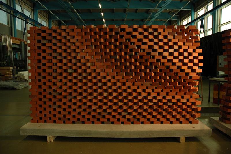 Die einzelnen Steine sind nach einem festen Raster versetzt. Ein Computerprogramm definiert lediglich die Rotation jedes einzelnen Steines um seine Mittelachse. Dadurch lassen sich algorithmische Patterns auf der Wand abbilden.