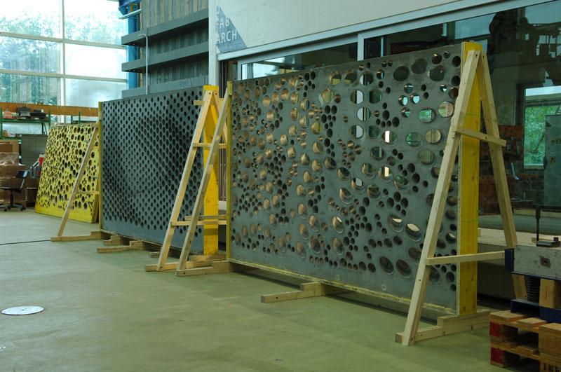 Drei fertige Wände in der Produktionshalle.