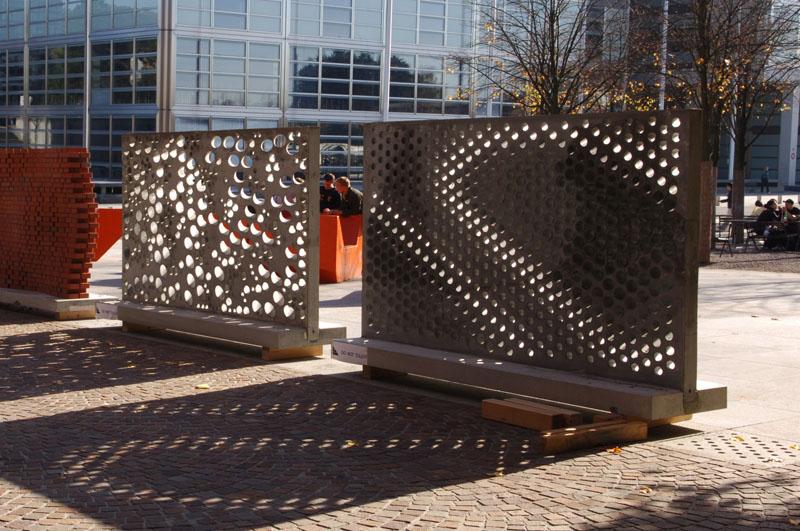 Die fertigen Wände wurden im Rahmen der Jahresausstellung am Departement Architektur im Freien aufgestellt. Deutlich wird das Spiel im Sonnenlicht.