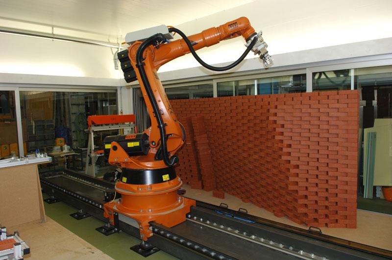 Der Roboter bei der Fabrikation einer Backsteinwand.