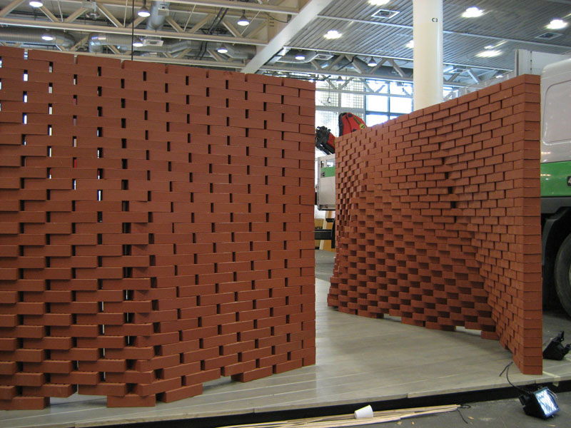 Aufbau der Backsteinwände auf der Swissbau 2007
