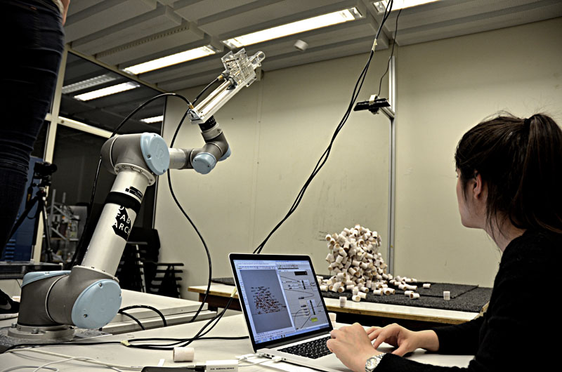Robot control and scanning feedback integrated in a design-to-fabrication software framework