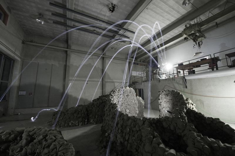 Langzeitbelichtung Aufnahme die die Flugbähne mehreren Lichtprojektilen zeigt