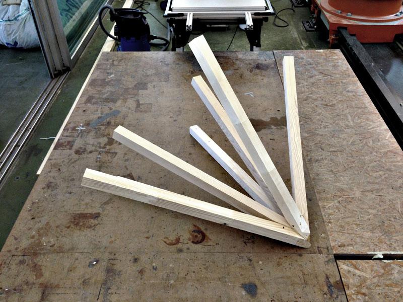 Holzverbindung Test - 7 Holzelemente, welche sich in einem Punkt mit Klebeverbindung treffen