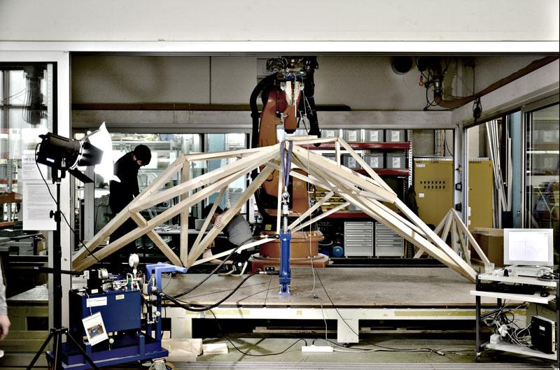 Punktlasttest - Anwendung von 1,3 Tonnen Last durch einen Pneumatikzylinder