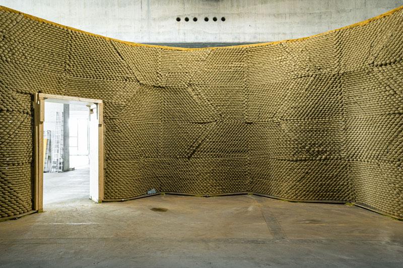 Clay Rotunda, inner view detail with door, SE MUSICLAB, Bern, 2020-2021(c) Gramazio Kohler Research, ETH Zürich. Photo: Michael Lyrenmann